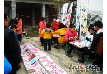 内乡县中小学生街头学习剪纸艺术体验传统民俗